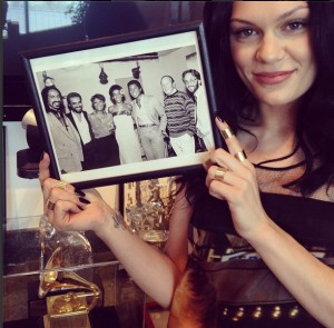 Jessie J no escritorio do grammy